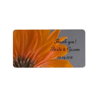 La margarita anaranjada en el boda gris le etiquetas de dirección