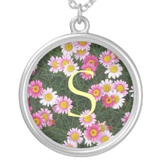 La margarita blanca rosada florece inicial colgante redondo