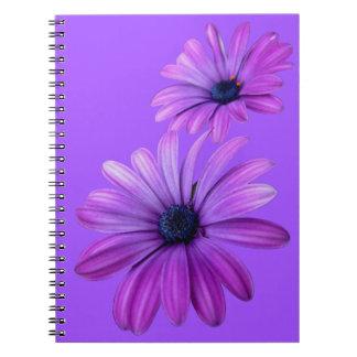 La margarita púrpura del cuaderno de la margarita