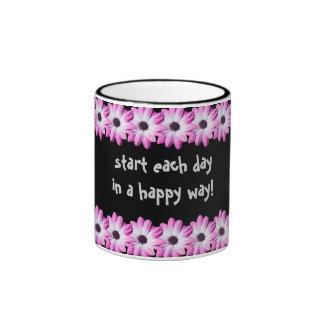La margarita rosada bonita florece la taza, idea taza de dos colores
