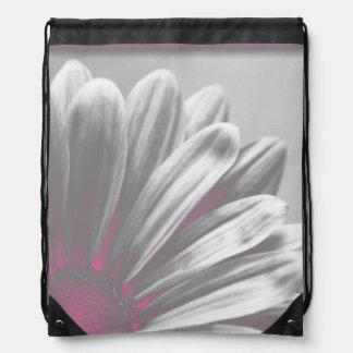La margarita rosada destaca la mochila del lazo