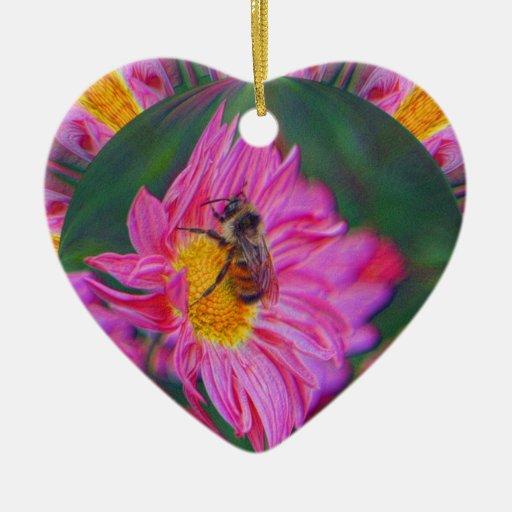 La margarita rosada manosea el ornamento del arte adorno navideño de cerámica en forma de corazón