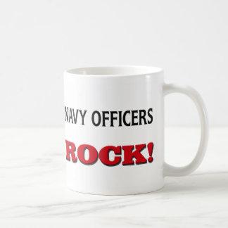 La marina de guerra manda la roca taza