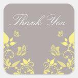 La mariposa amarilla floral le agradece los pegati