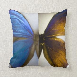 La mariposa azul de Morpho se va volando la Cojin