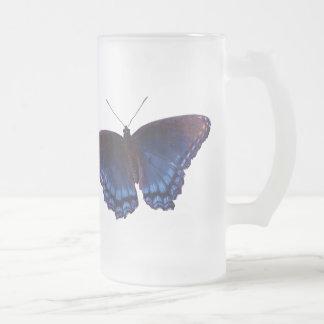 La mariposa coa alas azul con las alas se abre jarra de cerveza esmerilada