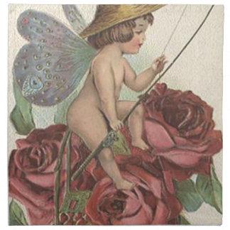 La mariposa del chica se va volando el carrete de servilletas imprimidas