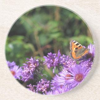 La mariposa en púrpura florece el práctico de cost posavasos personalizados