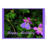 La mariposa en púrpura florece la tarjeta de cumpl