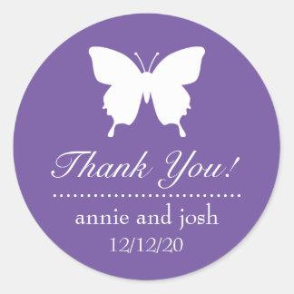 La mariposa le agradece las etiquetas (la púrpura pegatina redonda