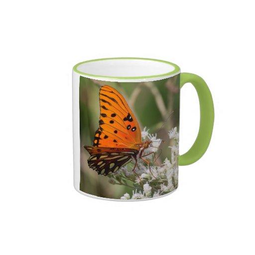 La mariposa majestuosa taza de dos colores