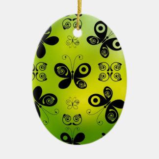La mariposa negra besa diseño gráfico del ángel adorno ovalado de cerámica