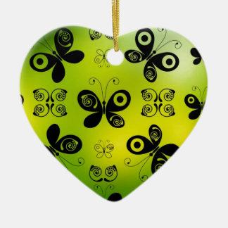 La mariposa negra besa diseño gráfico del ángel adorno de cerámica en forma de corazón