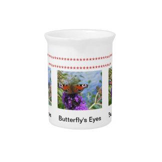 La mariposa observa la jarra