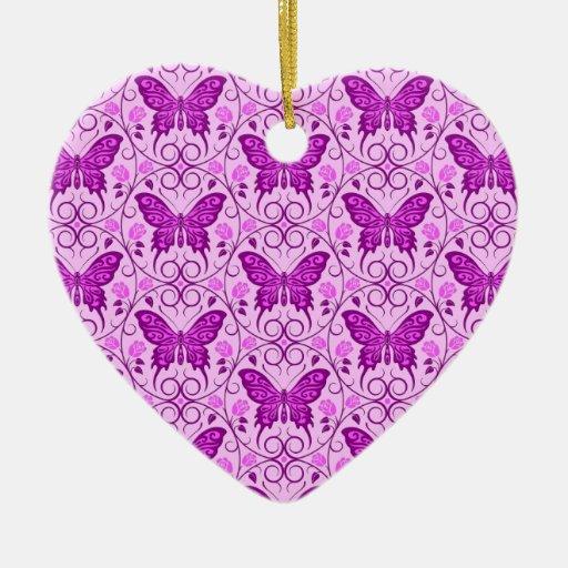 La mariposa púrpura circunda el modelo ornato