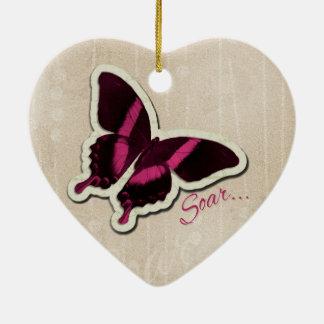 La mariposa rosada se eleva en fondo beige adornos