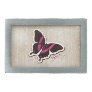 La mariposa rosada se eleva en fondo beige hebillas cinturon rectangulares