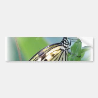La mariposa se va volando a la pegatina para el pa etiqueta de parachoque