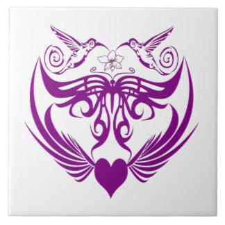 La mariposa se va volando púrpura de la flor del azulejos ceramicos