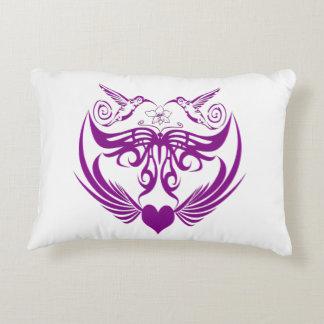 La mariposa se va volando púrpura de la flor del cojín decorativo