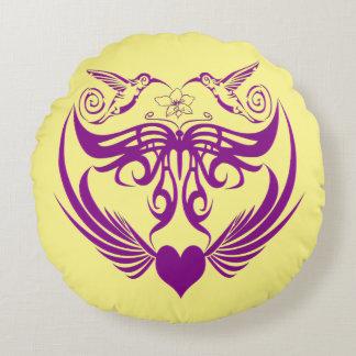 La mariposa se va volando púrpura de la flor del