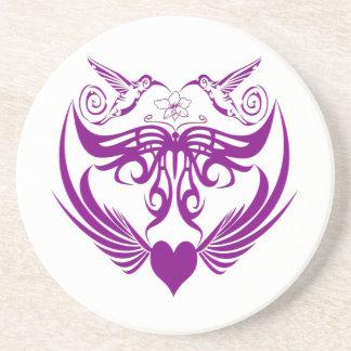 La mariposa se va volando púrpura de la flor del posavasos diseño