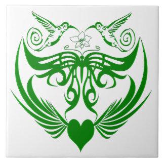 La mariposa se va volando verde de la flor del azulejos ceramicos