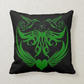 La mariposa se va volando verde de la flor del cojin