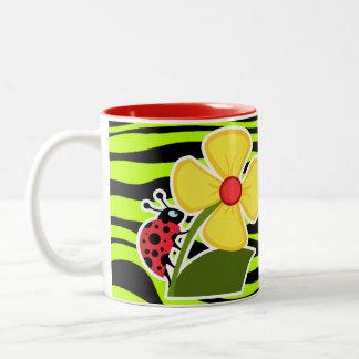 La mariquita en cebra chartreuse raya el estampado tazas de café