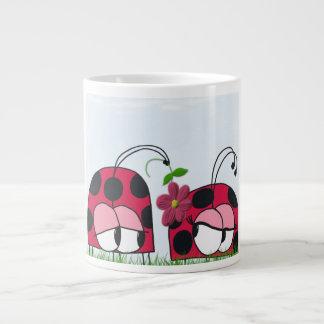 La mariquita que corteja su nueva taza del jumbo taza grande