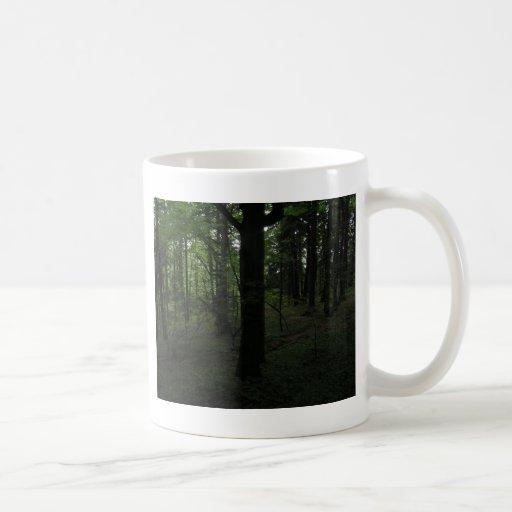 La más mysticalforest oscuro de mediodía taza básica blanca