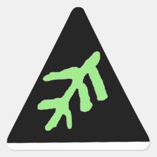 La más vieja muestra pegatina triangular