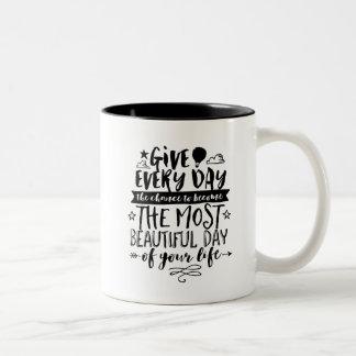 La mayoría del día hermoso de usted la vida cita taza de dos tonos