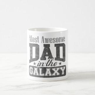 La mayoría del papá impresionante en la galaxia taza básica blanca