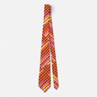 La media luna colorida raya la corbata del modelo