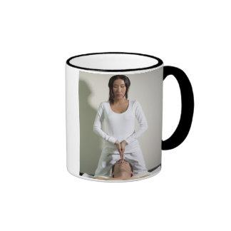 La mensajería de la mujer sirve la cabeza taza de café