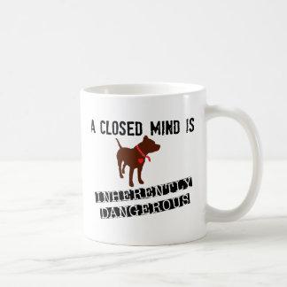 La mente cerrada es intrínsecamente peligrosa taza clásica