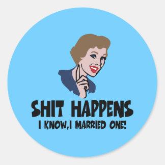 La mierda divorciada divertida sucede pegatina redonda