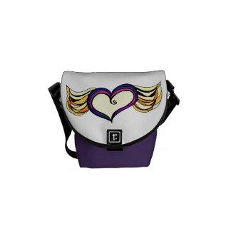La mini bolsa de mensajero coa alas del corazón