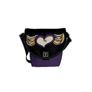 La mini bolsa de mensajero coa alas del corazón o