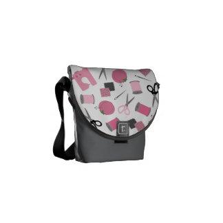 La mini bolsa de mensajero de costura del tema bolsas messenger