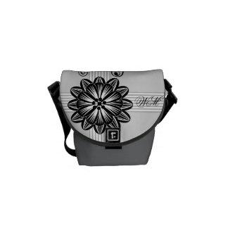 La mini bolsa de mensajero del damasco floral con  bolsas de mensajeria