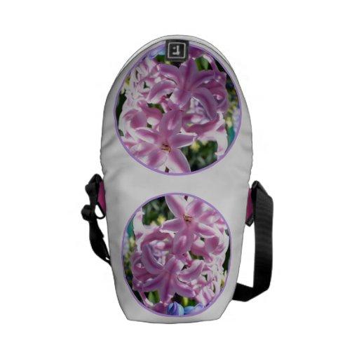 La mini bolsa de mensajero del jacinto rosado, con bolsa de mensajería