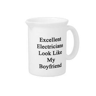 La mirada excelente de los electricistas tiene gus jarras para bebida