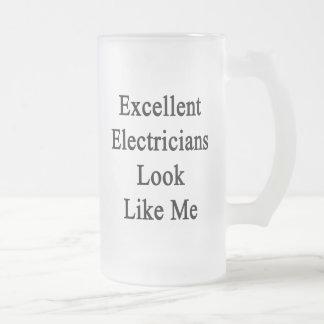 La mirada excelente de los electricistas tiene jarra de cerveza esmerilada