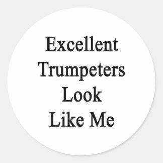 La mirada excelente de los trompetistas tiene etiqueta redonda
