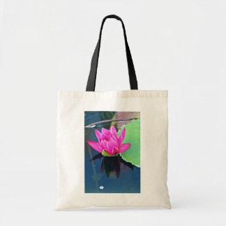 La mitad floreció las flores del lirio de agua roj bolsas de mano