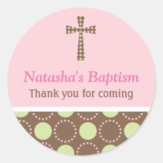 La MOD puntea al pegatina redondo del bautismo