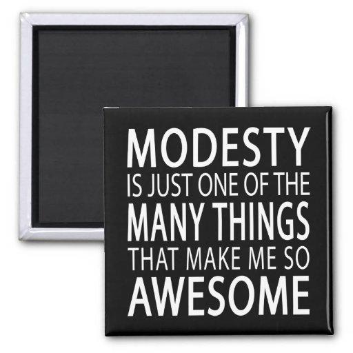 La modestia me hace impresionante iman de nevera