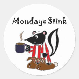 La mofeta divertida odia lunes pegatina redonda
